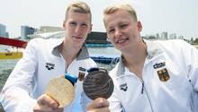 Stolz zeigen Florian Wellbrock (links, Gold)und sein Kumpel Muffels (Bronze) ihre Medaillen ,