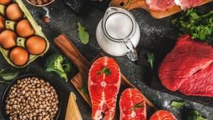 Eiweiß: Proteinreiche Lebensmittel liegen auf einem Tisch