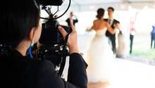 Dreiste iPhone-Nutzerin ruiniert Hochzeitsfoto