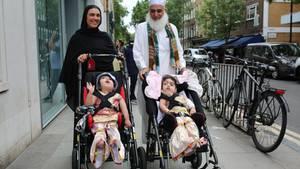 Siamesische Zwillinge getrennt: Safa und Marwa verlassen das Krankenhaus mit ihrer Mutter und ihrem Großvater.