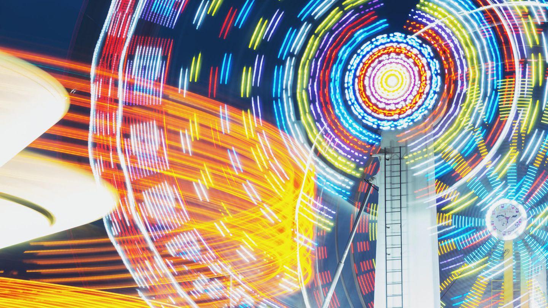 Fahrgeschäfte leuchten in einem Freizeitpark