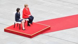Merkel sitzt bei Begrüßung erneut