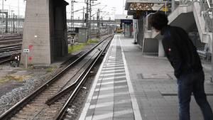 Ein Mensch steht am Bahnsteig (Symbolbild)