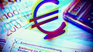 Ein Euro-Zeichen steht auf einem Steuererklärungsbogen