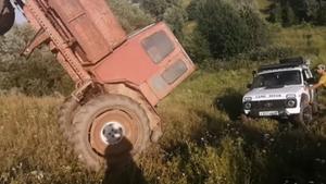 Abschlepp-Fail: Der Sowjet-Trecker fällt auf den Jeep hinter ihm.