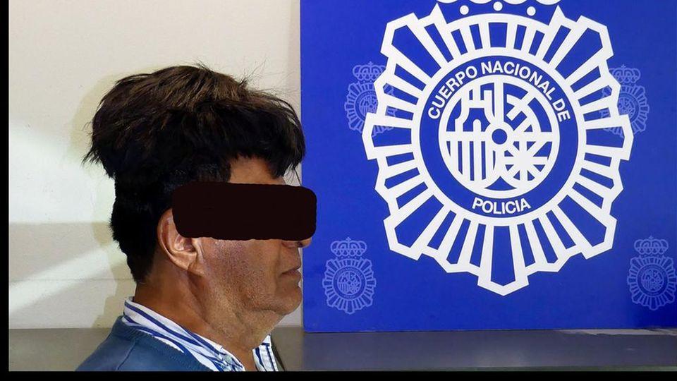 Verhaftungsfoto Mann mit Toupet