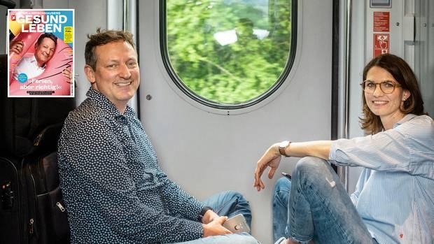 Eckart von Hirschhausen und Cornelia Betsch sitzen auf dem Gang statt auf reservierten Plätzen