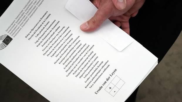 Ursula von der Leyen - Stimmzettel im EU-Parlament