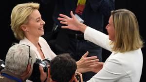 Federica Mogherini gratuliert Ursula von der Leyen zur Wahl zur EU-Kommissiosnpräsidentin
