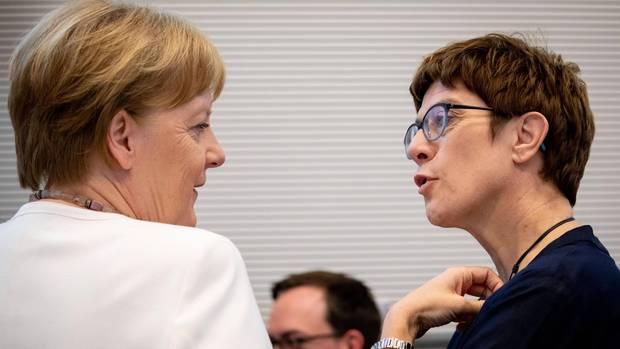 Angela Merkel bereitet Annegret Kramp-Karrenbauer eine Bühne