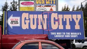 """Ein Schild des neuseeländischen Waffenhändlers """"Gun City"""""""