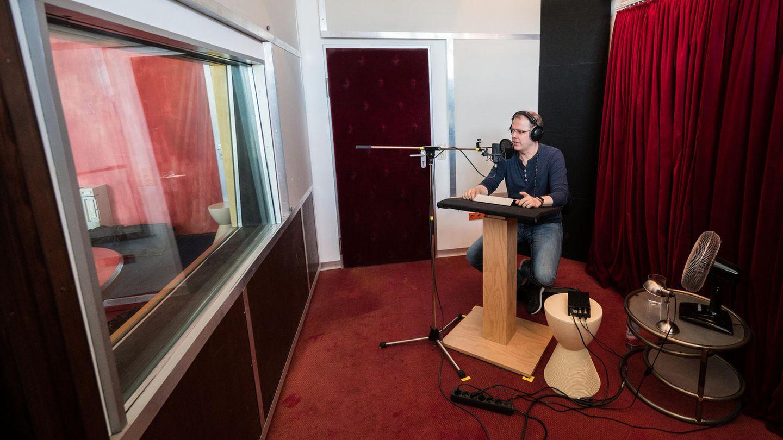 Die zukünftige Stimme der Bahn: Heiko Grauel wurde im Rahmen eines Castings als neue Stimme für die Durchsagen in deutschen Bahnhöfen ausgewählt. Im Studio spricht er die neuen Ansagen ins Mikrofon.