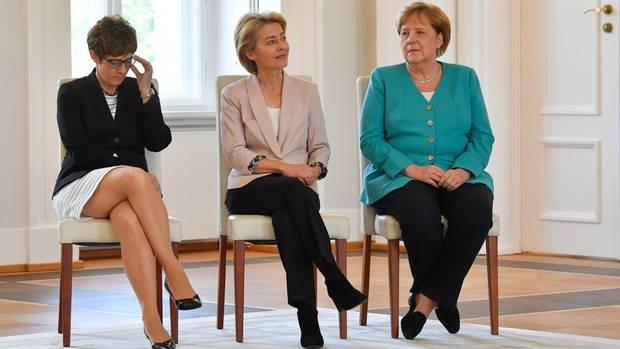 Annegret Kramp-Karrenbauer, Ursula von der Leyen und Angela Merkel bei der Ernennung AKKs zur neuen Verteidigungsministerin.