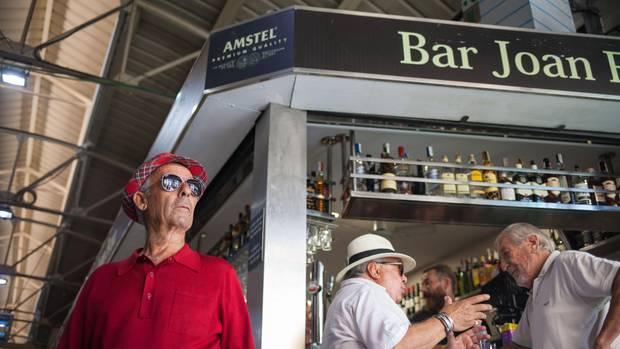 """Stammtresen: Die """"Bar Joan Frau""""im Markt von ein beliebter Treffpunkt der alteingesessenen Bewohner"""