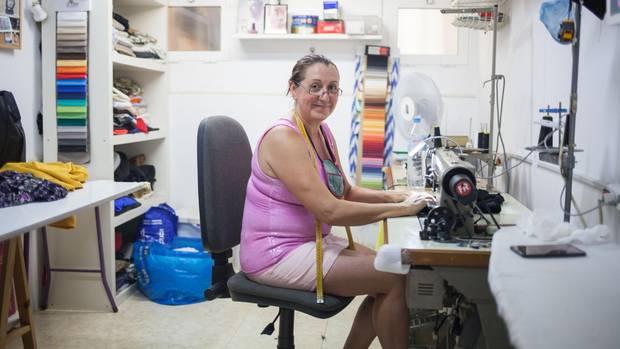 """Schneiderin Carmen Rojas arbeitet gleich um die Ecke vom Café """"El Perrito"""""""