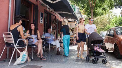 """Zeit für Lunch: Vor dem Café """"El Perrito"""" (zu Deutsch: das Hündchen) sind die Tische belegt"""