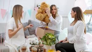 Du bist auf der Suche nach Geschenken für Eltern, die Nachwuchs erwarten? Hier sind elf Ideen
