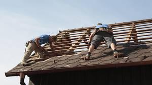 nachrichten aus deutschland dachdecker bei der arbeit