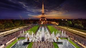 Paris, Champ de Mars, 2014  Die Aufnahmen für dieses Foto entstanden mit Hilfe einer 13 Meter hohen Hebebühne einesLastwagen und über einen Zeitraum von 18 Stunden.