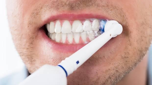 Mit einer elektrischen Zahnbürste putzt es sich leichter