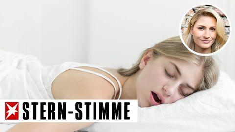 Eine Teenagerin schläft tief