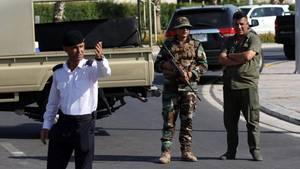 Kurdische Sicherheitskräfte stehen auf der Straße, in der sich der bewaffnete Angriff auf ein Restaurant ereignete
