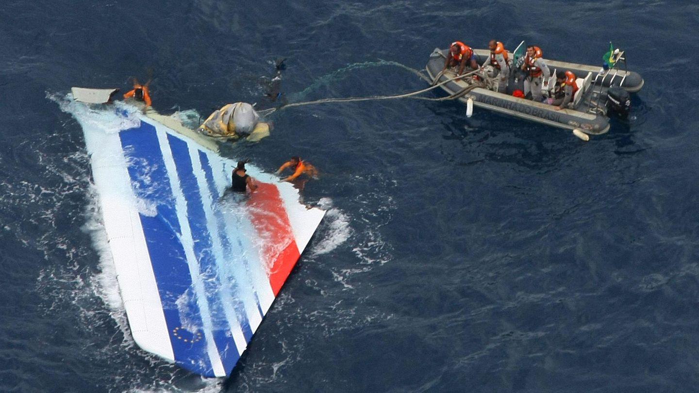 Mehrere Tage nach dem Absturz wurde das Leitwerk des Air France Airbus A330 von einem Rettungsteam der brasilianischen Marine im Juni 2009 geborgen.