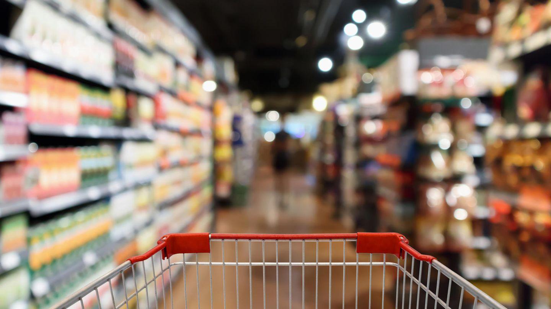 Sie kaufen zu viel ein.Es gibt wohl niemanden, der noch nie mit Heißhunger einkaufen gegangen ist. Das Ergebnis ist immer das Gleiche: Zu viele Lebensmittel landen im Einkaufswagen. Zuhause hat man dann gar nicht die Möglichkeit, alle Produkte zu essen. Sie werden schlecht und landen im Müll. Machen Sie sich deshalb einen Einkaufsplan, wann Sie was kochen wollen,und essen Sie vor dem Einkauf.