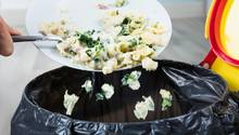 Sie essen nicht auf. Oft sind die Portionen auf dem Teller größer als der Appetit. Schmeißen Sie die Reste nicht weg, sondern frieren Sie sie ein und tauen sie bei Bedarf wieder auf.