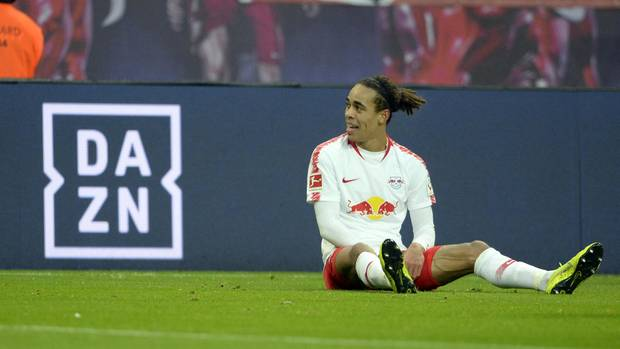 Yussuf Poulsen von RB Leipzig neben dem DAZN-Logo