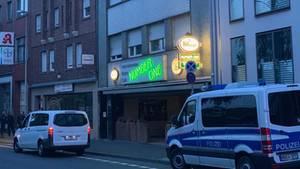 Ein Polizeiwagenin Düren nahe des Hauses mutmaßlicher islamistischer Gefährder