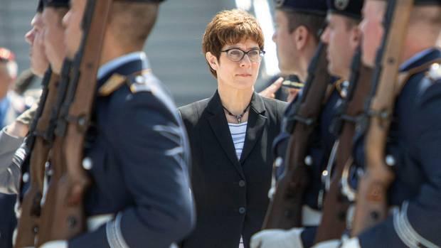 Annegret Kramp-Karrenbauer hat die Kritik an ihrem Eintritt ins Kabinett zurückgewiesen