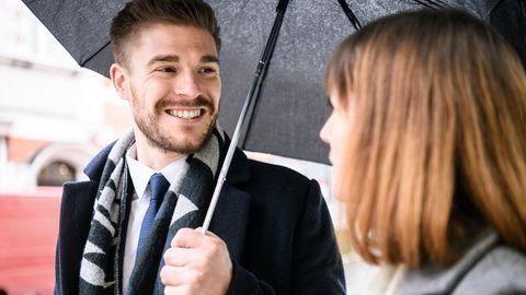 Wetter als Gesprächsthema: Eine Frau und ein Mann unterhalten sich