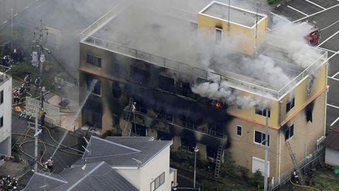 Rauch steigt auf aus dem dreistöckigen Studio der Kyoto Animation Co.