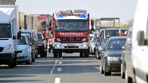 Nachrichten aus Deutschland – Feuerwehr bahnt sich Weg durch eine Rettungsgasse