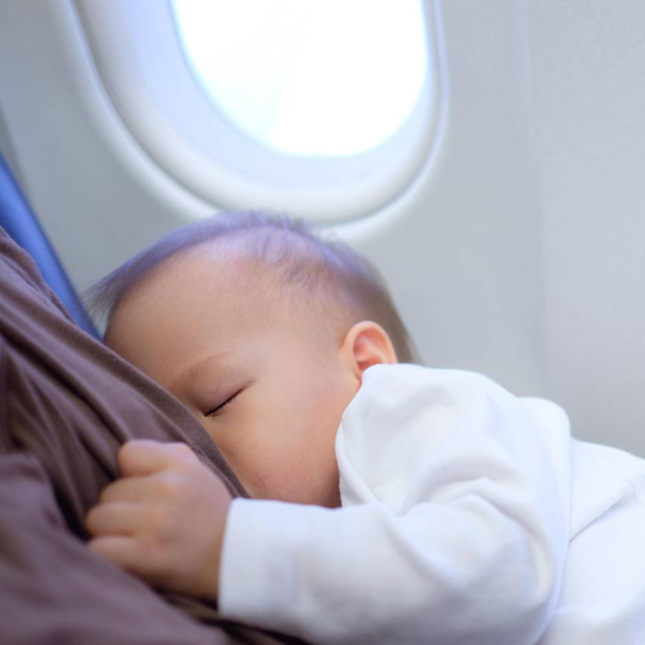 Vorauseilender Gehorsam: Flugbegleiterin fordert von stillender Mutter, sich zu bedecken, doch die wehrt sich
