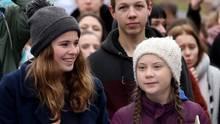 """Luisa Neubauer und Greta Thunberg bei einer """"Fridays for Future""""-Demo in Hamburg"""