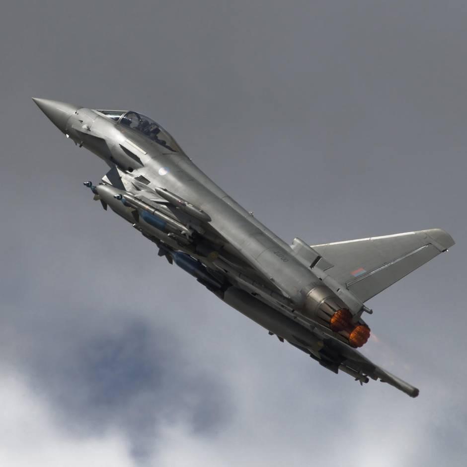 Großbritannien: Britin rastet im Flieger derart aus, dass Kampfjets zu Hilfe eilten, nun soll sie 85.000 Pfund zahlen