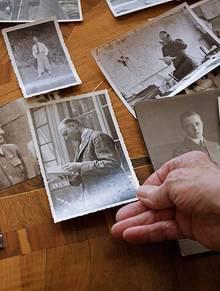 Uta von Aretin hält ein Foto ihres Vaters in der Hand