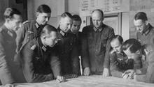 Tresckow (4. v. r.) sammelte in der Heeresgruppe MitteHitler-Gegner um sich: Auf dem Bild ist Ewald-Heinrich von Kleist links neben ihm zu sehen, ganz rechts Fabian von Schlabrendorff