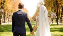 Brautpaar im Park von hinten