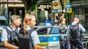 Polizisten stehen in Dortmund vor einem Friseursalon, in dem es zu einer Schießerei gekommen ist
