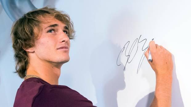 Alexander Zverev signiert während einer Pressekonferenz vor den European Open in Hamburg eine Wand