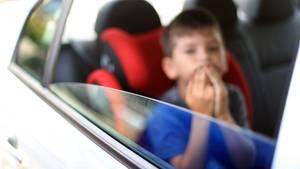 Nachrichten aus Deutschland Junge sitzt in einem Auto
