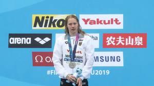 Sport-News Schwimmerin Finna Wunram bei der Siegerehrung des 25-Kilometer-Rennens