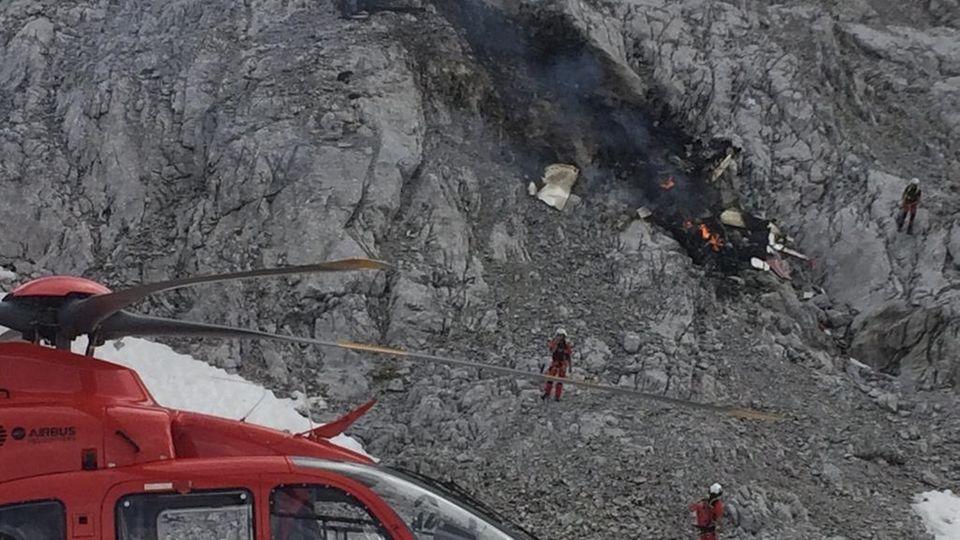 Rettungskräfte stehen an der Absturzstelle des Kleinflugzeuges in der Leutasch in Tirol.