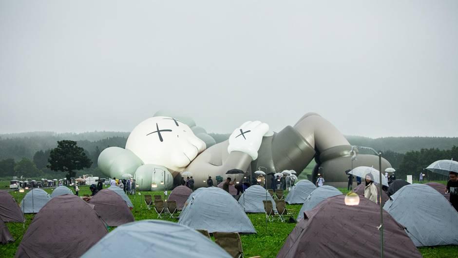 Fujinomiya, Japan: Der renommierte Künstler KAWS stellt seinneuesOutdoor-Kunstprojekt auf dem japanischen Berg Fuji auf. Die riesige aufblasbare Figur soll einen urlaubenden Japaner darstellen.