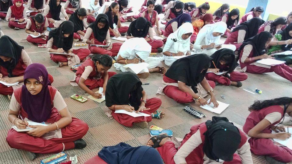 Abgebildet ist eine Prüfungssituation an einer Schule inKerala.