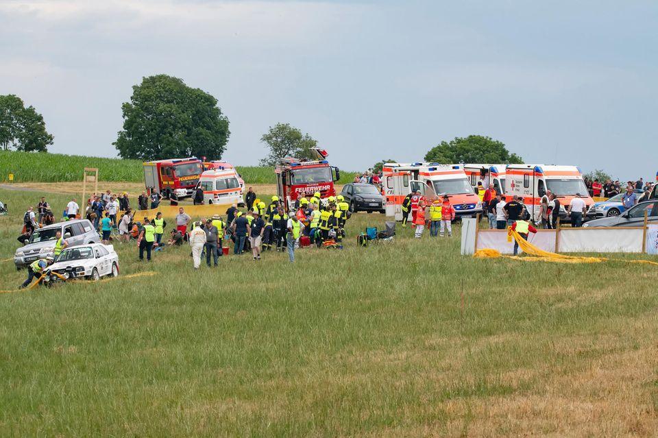 Nachrichten aus Deutschland Rettungskräfte versorgen die Verletzten des Unfalls