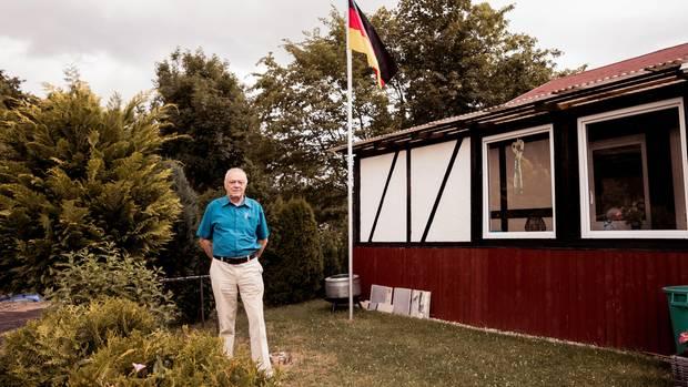 Reinhard Gleisberg von der AfD.Das Fotomotiv mit der Deutschlandfahne im Hintergrund hat er selbst vorgeschlagen, sein Haus soll nicht zu erkennen sein – aus Angst vor Schmierereien.